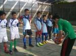 Wasit memberikan simulasi tendangan ke dalam dalam aturan futsal sesaat sebelum pertandingan