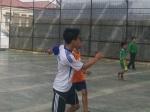Berebut dan saling kejar bola