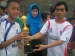Kapten dari DTW Kampoeng Santri menerima trofi sebagai runner up LKS '12