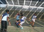 Salah seorang pemain Kampoeng Santri tampak berusaha me-nackle bola yang dibawa pemain Al Hikmah