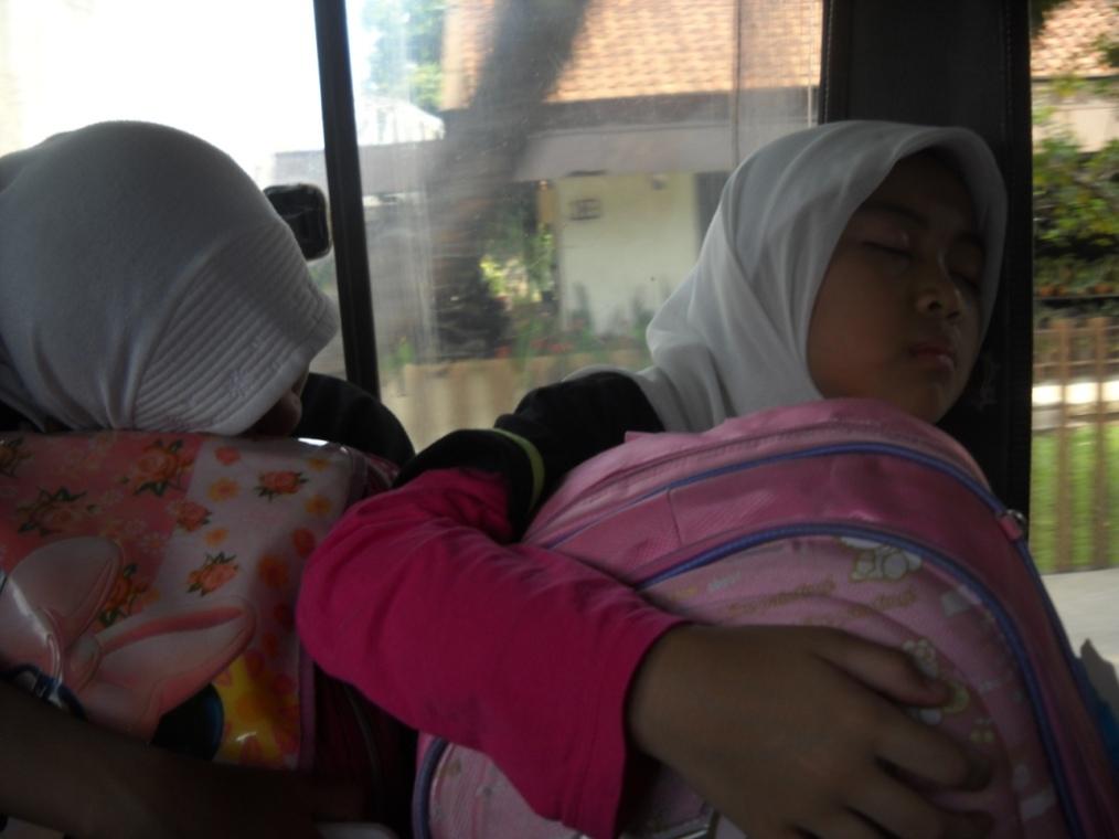 Nikmatnya tidur dalam perjalanan menuju Camping Ground, sssttt... jangan diganggu yaah... :D