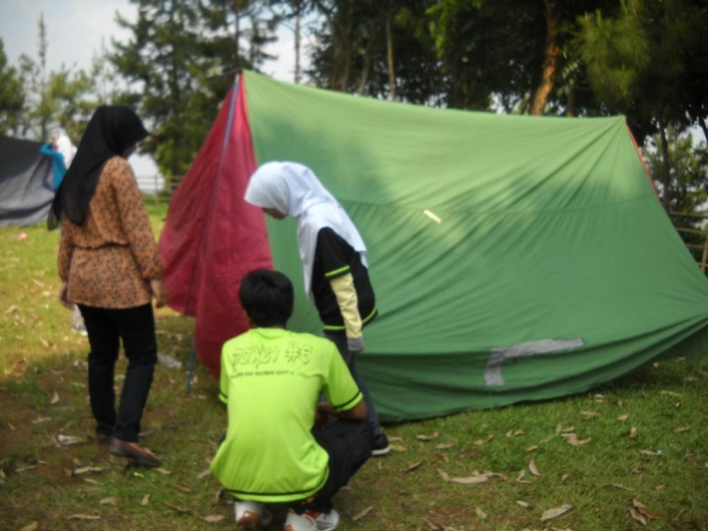 Pendirian tenda 2 oleh kelompok Akhwat DTA