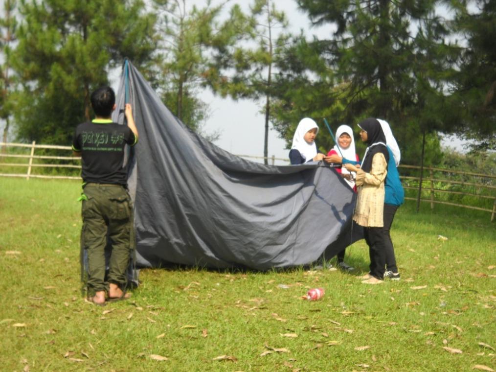Pendirian tenda 4 oleh kelompok Akhwat DTW