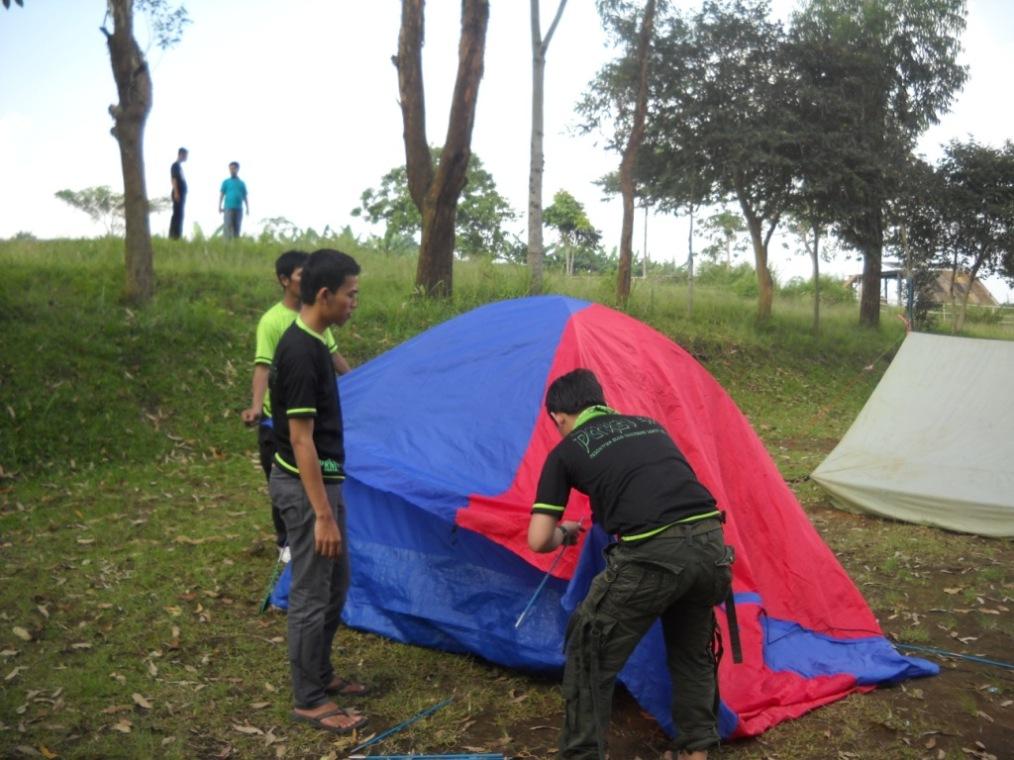 Pendirian tenda panitia