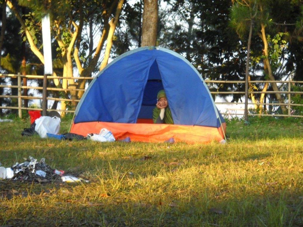 Panitia yang satu ini malah asyik nelfon,,, tenda akhwat adem kayanya ya... :-D