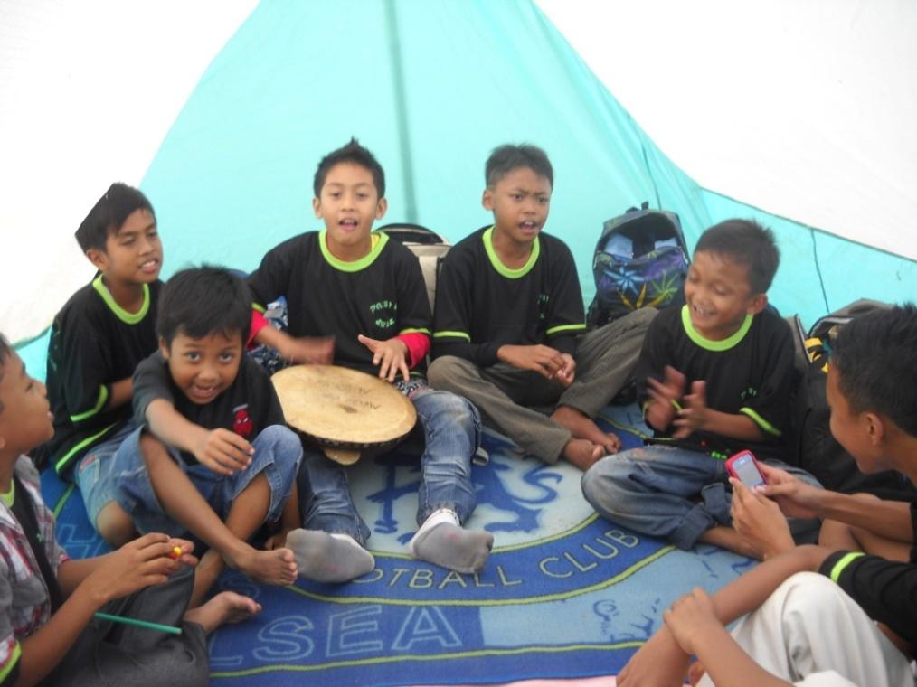 Keceriaan para santri di tenda, mereka tampak menikmati suasana 'baru'nya di alam terbuka