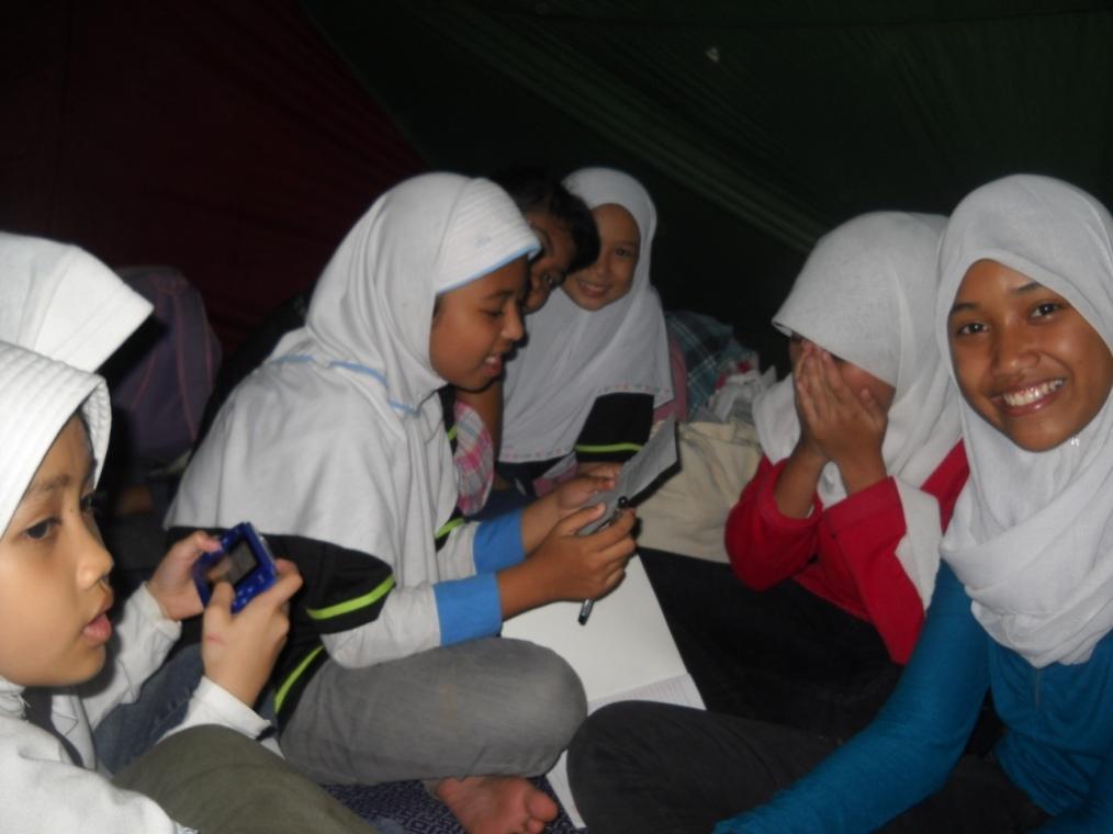 Suasana di dalam tenda santri akhwat DTA... eh eh eh,,, ada yg serius maen game neh... hayoh siapah he