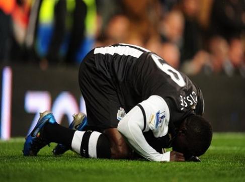 Striker Newcastle, Papiss Cisse 'berselebrasi' Sujud Syukur setelah mencetak gol ke gawang Chelsea